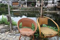 瑶里古镇河边藤椅