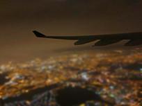 机翼与城市灯光