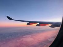 机翼与粉色天空