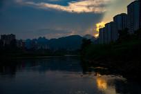 夕阳光芒四射下的县城
