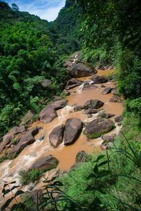 丹霞地貌溪水