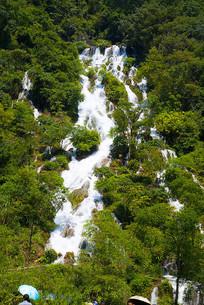 山间林中瀑布