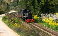 穿过村庄的蒸汽小火车头