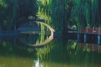 人工湖上的拱桥摄影