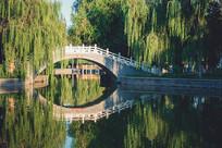 人工湖上的拱桥