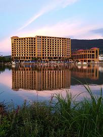 玉溪新平人工湖畔五星级宾馆