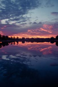 湖水倒映夕阳