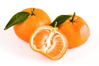 剥开的默科特柑橘在白底背景上