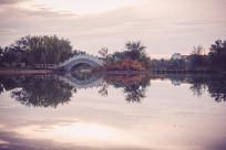 公园人工湖和拱桥