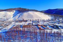 航拍雪原红柳山村
