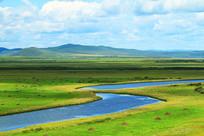 穿越草原的蓝色河流