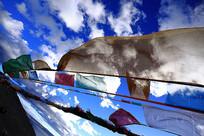 西藏蓝天下的经幡