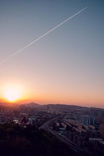 城市上空的飞机线