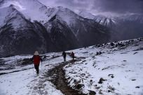 前往四姑娘山大峰营地的山路