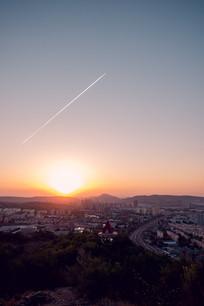 夕阳下的飞机线