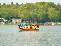 公司团队组织划龙舟比赛
