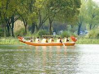 一群游客划龙舟
