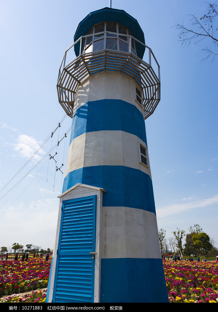 花海中的灯塔图片