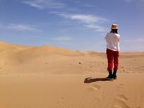 沙漠眺望远方的女人背影