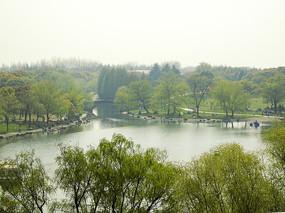 山下的湖泊风光
