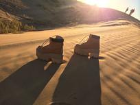 夕阳下一双等待主人的鞋子