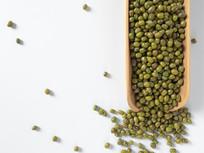 白色背景的绿豆豆粒