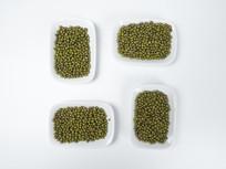白色背景的绿豆图片