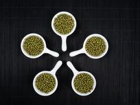 黑色背景俯拍的绿豆