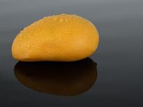 黑色背景下的黄色芒果