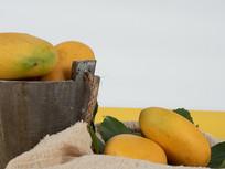 黄色新鲜芒果图片