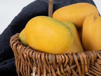 篮子中的新鲜芒果