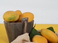 木桶中的芒果特写