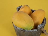 木桶中新鲜的芒果