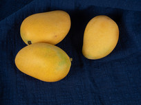 深色背景下新鲜的芒果