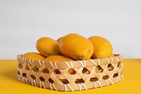 一筐新鲜的芒果