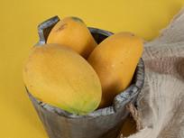 装在木桶中的芒果