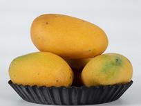 装在盘中的芒果