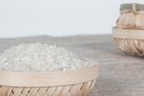竹筐内的大米实拍