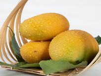 竹篮中的新鲜芒果