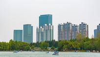 公园湖泊边的摩天大楼