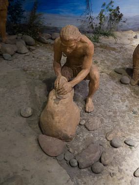 古代人类制作石器生活场景雕塑