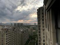 快下暴雨的住宅区风景