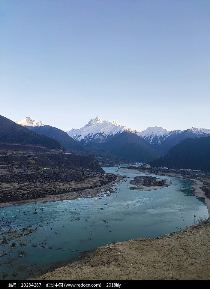 西藏林芝傍晚河道风景图片
