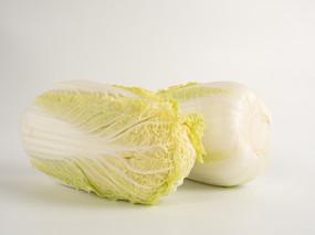 两颗新鲜大白菜摄影图