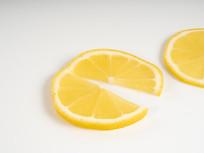 柠檬切开张嘴摄影图