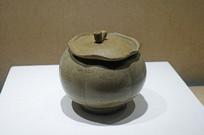 五代越窯青瓷鴛鴦紋荷葉蓋罐