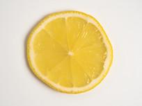 新鲜多汁单片柠檬俯瞰图片