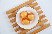 白色瓷盆内的三个皮蛋