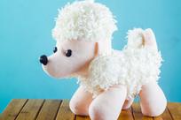 白色的毛绒玩具狗