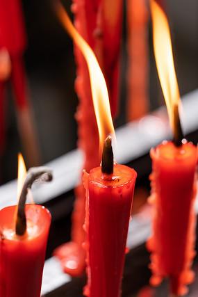 并排燃烧的蜡烛